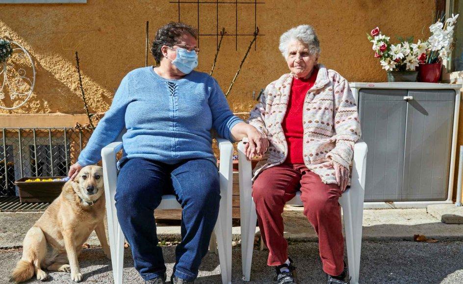 Den 95-årige Gertrude Fatton overlevede coronavirus efter at have været indlagt på det lokale hospital i Le Locle i Schweiz. Hun håber, at hun kan nå at gense sine børnebørn og oldebørn, som hun dagligt taler med på sin iPad, men nyder foreløbig gensynet med sin datter Jacqueline. – Foto: Denis Balibouse/Reuters/Ritzau Scanpix.