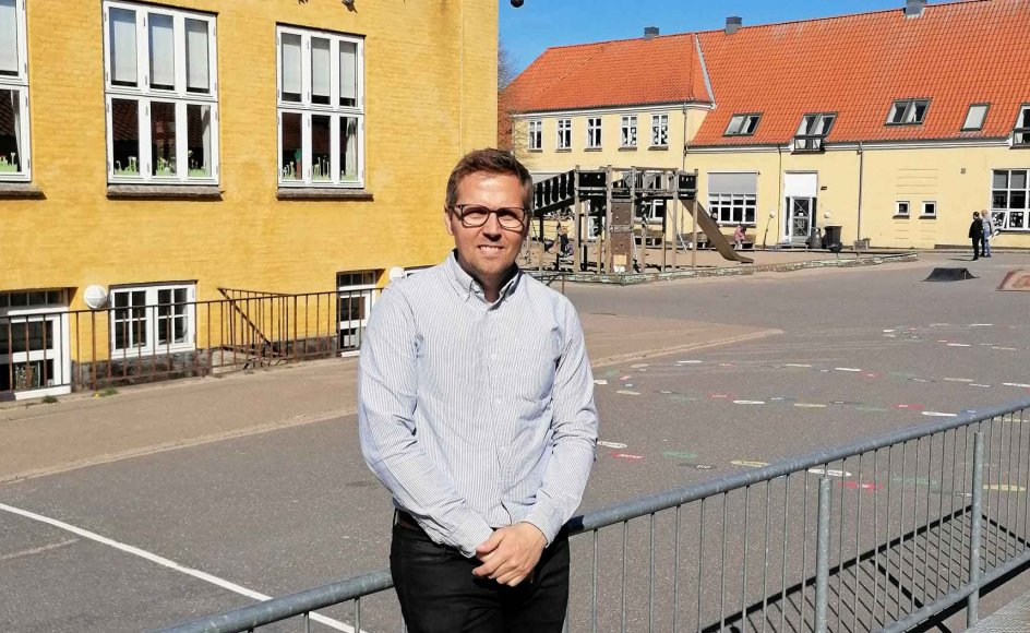 Skoleinspektør Søren de Lassen foran skolegården på Gl. Hasseris Skole i Aalborg. I morgen fyldes den med 350 elever fra nulte til tredje klasse. – Foto: Lotte Danielsen