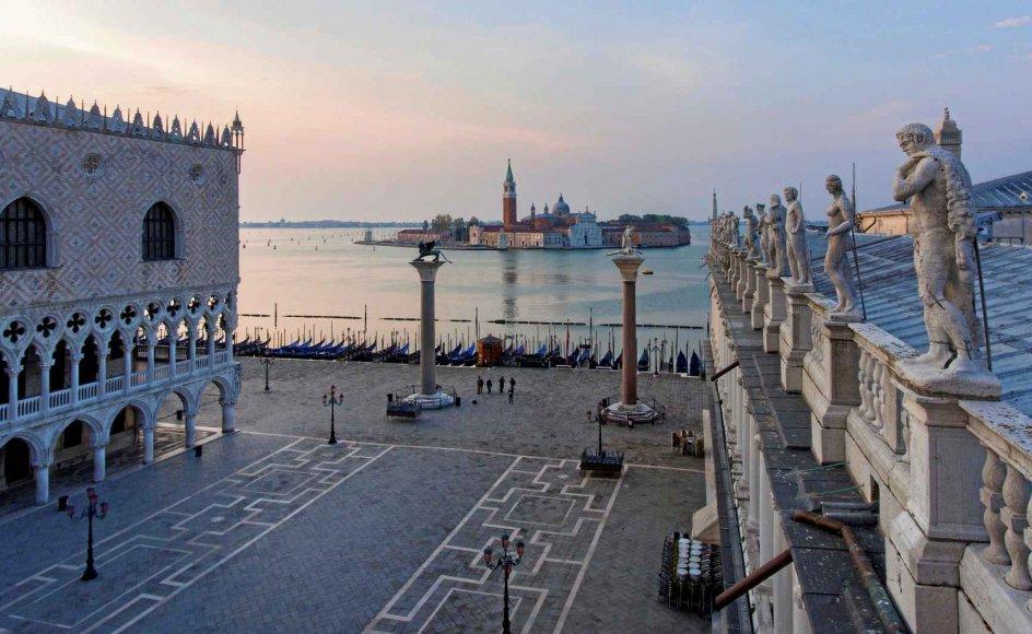 Solen stiger i Venedig ved San Giorgio Maggiore-kirken, hvor corona har efterladt pladsen gabende tom.