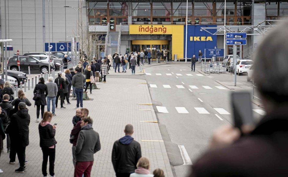 Vi risikerer at miste opbakningen fra de unge, hvis det fortsat er dem, der skal betale prisen for coronakrisen, mens vi andre kører i Ikea, skriver efterskoleforstander Per Krøis Kjærsgaard. Her ses køen foran Ikea i Gentofte den 27. april. – Foto: Niels Christian Vilmann/Ritzau Scanpix.