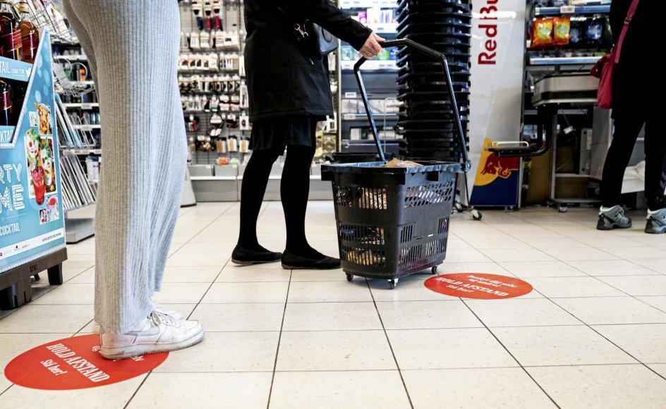 Under coronakrisen er personer, der ikke overholdt adfærdsreglerne, blevet udskammet af andre. Det gælder personer, der har stået for tæt i supermarkeder, på stier, i parker og på pladser. Her ses supermarkedskø med afstand, indførsel af opholdsforbud ved Lakolk Butikscenter på Rømø, ophold på Dronning Louises Bro i København og ophold på Islands Brygge i København i afmærkede felter, efter at opholdsforbuddet dér er ophørt. –