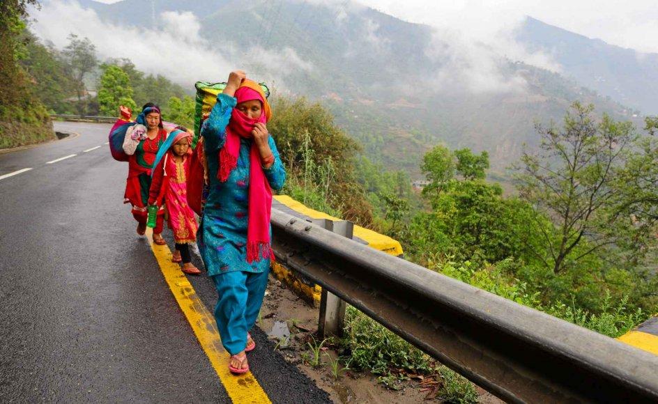 Mens hundredtusinder af nepalesiske migranter venter på en chance for at vende tilbage til hjemlandet, har coronapandemien også skabt en intern flygtningestrøm i Nepal. I de større byer er mange blevet arbejdsløse og begiver sig derfor til fods tilbage til de landsbyer, de kommer fra. – Foto: Subash Shrestha/Zuma/Ritzau Scanpix.