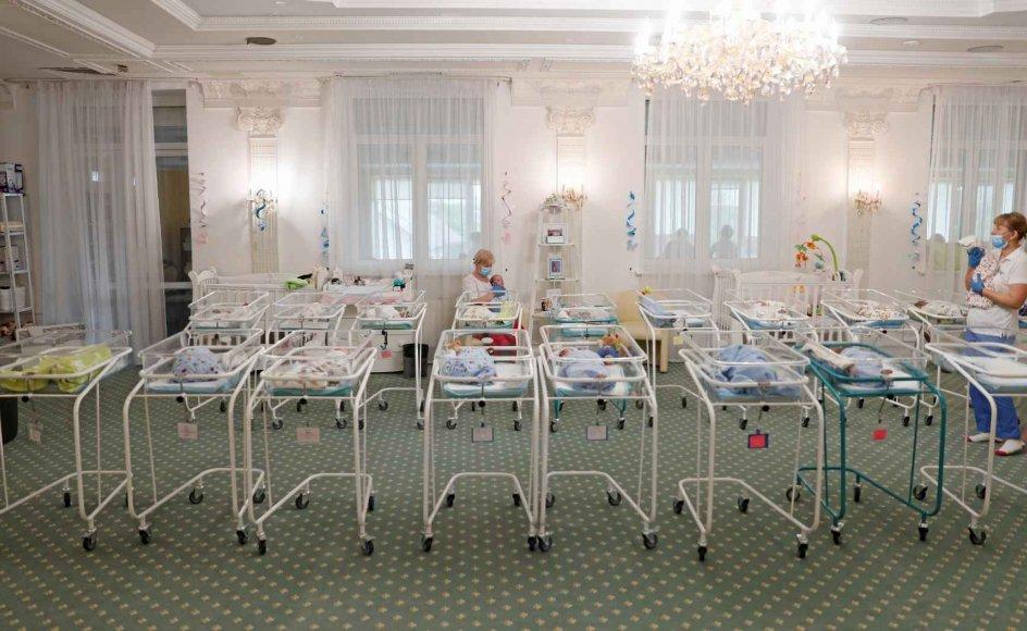 """""""De blev udstillet som produkter for købere, der aldrig mødte op,"""" skriver to katolske biskopper i et brev om de mange babyer, der lige nu fødes af surrogatmødre i Ukraine. Babyerne er strandet i landet, da deres kommende udenlandske forældre ikke kan hente dem på grund af coronanedlukningen. Problemet har udløst en hidtil uset debat om etikken i surrogatmoderskab i Ukraine, og siden dette billede blev taget i midten af maj, er mange flere nyfødte kommet til.  – Foto: Gleb Garanich"""