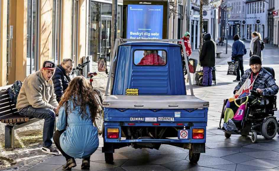 I slutningen af marts, kort efter nedlukningen af Danmark, var medarbejdere fra Aalborg Kommunes Bo- og Gadeteam ude for at hjælpe hjemløse og udsatte i Aalborgs centrum. I dag glæder flere organisationer sig over, at et godt og hurtigt samarbejde mellem kommuner og organisationer har hjulpet landets hjemløse godt igennem coronakrisen. – Foto: Henning Bagger/Ritzau Scanpix.