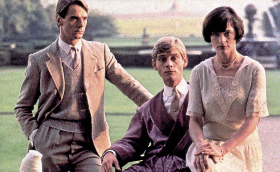 Romanen blev i 1981 meget loyalt omsat til tv-serie og optræder fortsat på mediernes lister over verdens bedste filmatiseringer. – Foto: Granada Television/Mary Evans Picture Library/Ritzau Scanpix.