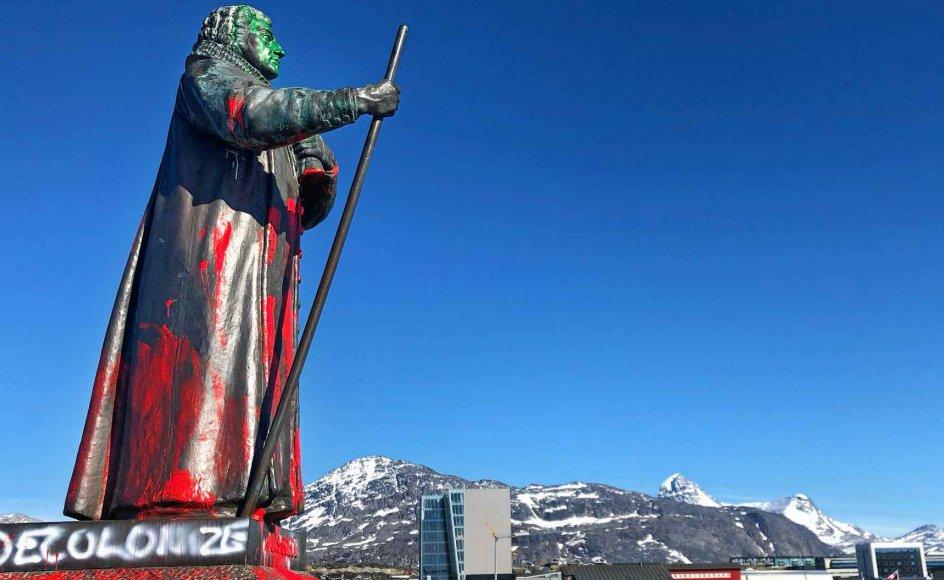 """Statuer af historiske personer er blevet en del af den globale værdidebat, der begyndte med politidrabet på George Floyd i USA, men siden har bredt sig til mange lande, herunder Grønland og Danmark, hvor blandt andre Hans Egede-statuen i Nuuk (til venstre) og """"I Am Queen Mary"""" ved Vestindisk Pakhus (til højre) skaber debat."""