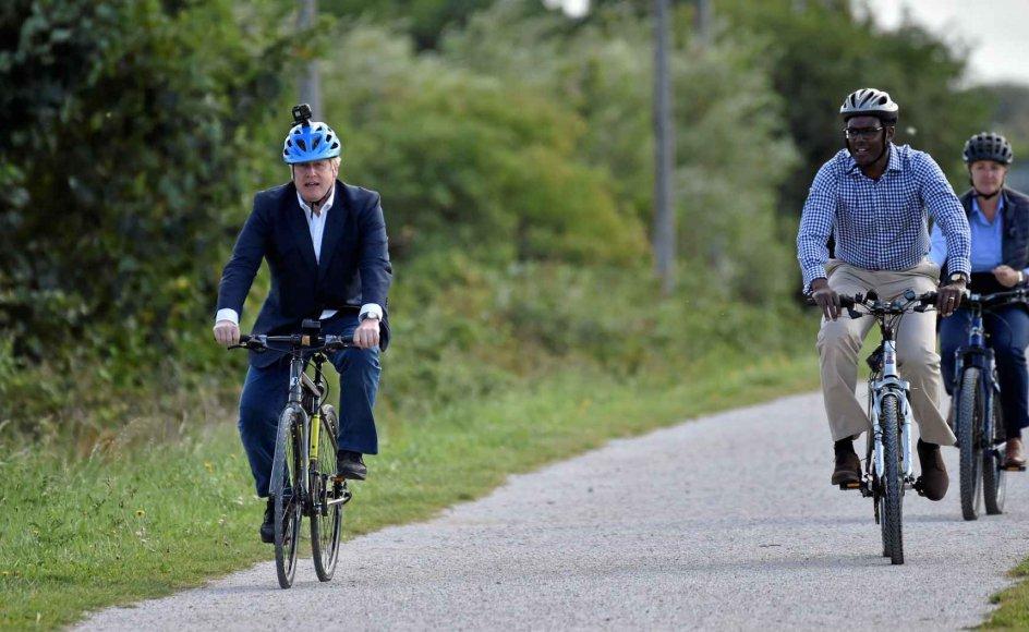 Premierminister Boris Johnson hoppede i går på cyklen sammen med det lokale konservative parlamentsmedlem Darren Henry i Beeston nær Nottingham for at markere regeringens planer for at briterne til at tabe sig. – Foto: Rui Vieira/Pool/Reuters/Ritzau Scanpix.