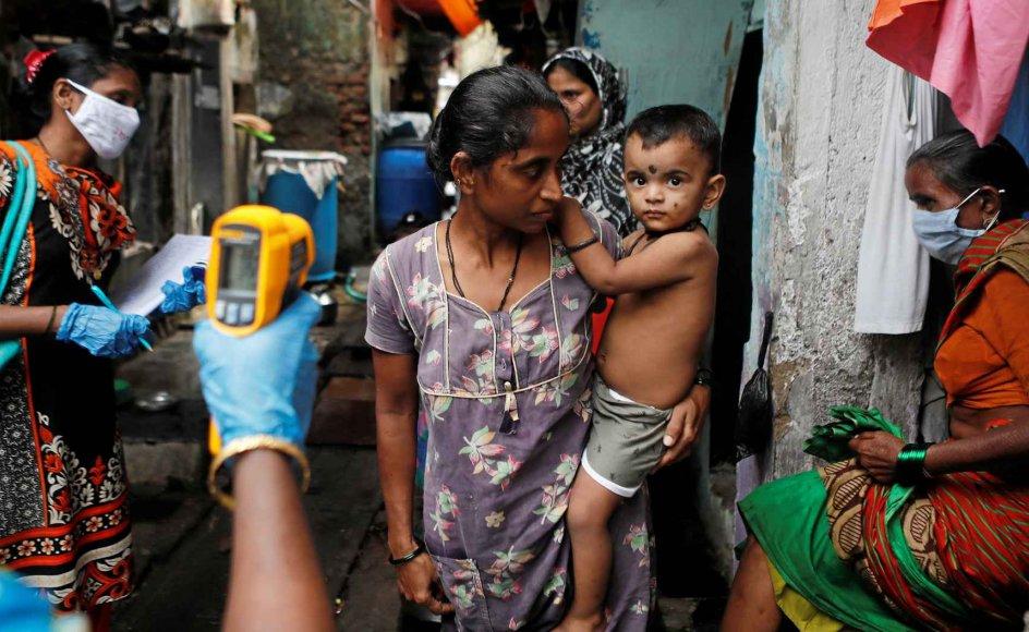 I slumkvartererne i den indiske millionby Mumbai har over halvdelen af indbyggerne været smittet med coronavirus, viser en ny undersøgelse. Cirka 40 procent af Mumbais over 18 millioner indbyggere bor i slum. Myndighederne har ellers kun registreret over 110.000 smittetilfælde og omtrent 6000 dødsfald i byen. – Foto: Francis Mascarenhas/Reuters/Ritzau Scanpix.