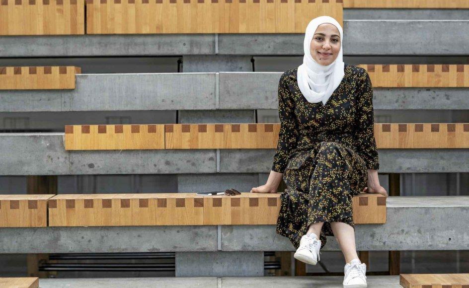 """Reham Abu Rashed sidder her ved Syddansk Universitet foran Alssund i Sønderborg.  Den 24-årige palæstinenser fra Syrien har læst til ingeniør i mekatronik, en tværfaglig ingeniøruddannelse, i to år. """"Man kan finde åbne og lukkede mennesker. Mine venner og medstuderende er meget åbne. De accepterer, at jeg går med tørklæde. Men desværre er der også danskere, der har en helt forkert opfattelse af, at man er undertrykt, når går med tørklæde,"""" siger Reham Abu Rashed. – Fot"""