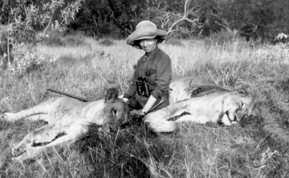 Karen Blixen på safari cirka 1914. I nutidens øjne kan de talrige nedskydninger af vilde dyr virke voldsomme og barbariske. På Karen Blixens tid i Afrika var situationen en anden. Lokalbefolkningen var ofte plaget af løverne, der tog deres husdyr og udgjorde en reel fare, så jagten på dem var en løsning på et alvorligt problem.