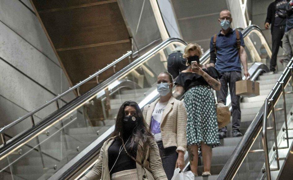 Siden i lørdags har det været påbudt at bruge mundbind i offentlig transport som for eksempel her ved Metroen i København. – Foto: Johanne Teglgård Olsen.