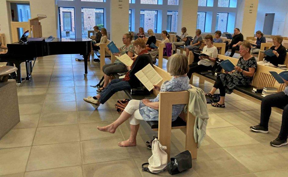 Fortuna-koret fra Silkeborg mødtes første gang forrige mandag for at synge sammen efter coronakrisen. Koret øver i Dybkær Kirke med to meters afstand mellem sangerne, som anbefalingerne lyder. – Foto: Else Nybo Andersen.