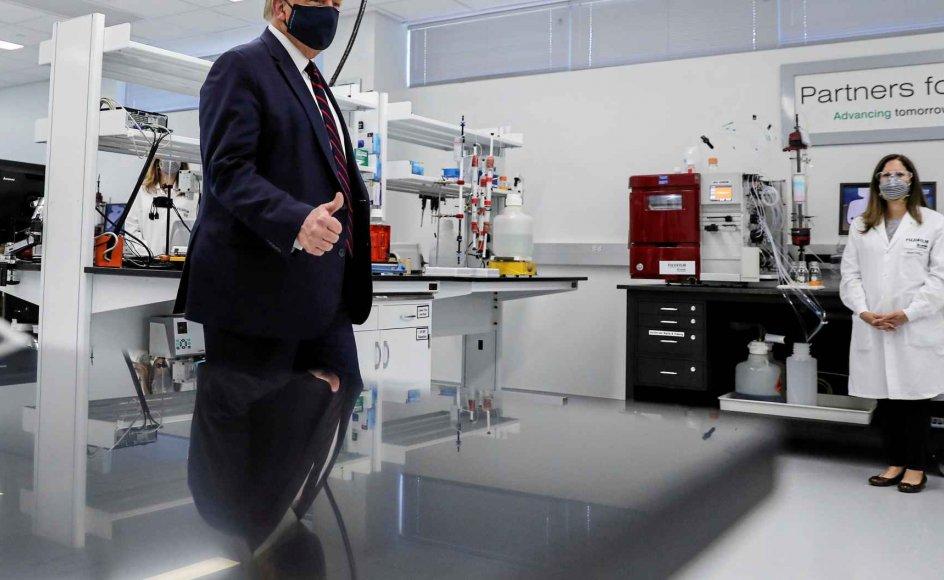 Præsident Donald Trump besøgte i juli et laboratorium i North Carolina, hvor der forskes i udviklingen af en vaccine mod coronavirus. Han har sagt, at vaccinen måske kan være klar inden præsidentvalget om mindre end to måneder. Det har skabt bekymring for, at medicinal-selskaberne bliver presset til at fare for hurtigt frem. – Foto: Carlos Barria/Reuters/Ritzau Scanpix.