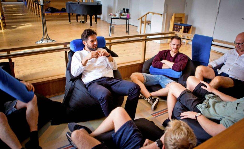Seks kommende fædre mødtes over seks samtaler i Frederiksholm Kirke sammen med sognepræst Helene Ferslev. Hun mener, at mænd er usynlige under graviditeten. –  Foto: Henrik Dons Christensen.