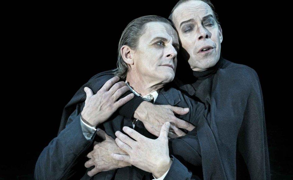 Søren Sætter-Lassen (tv.) og Olaf Johannesen (th.) i mesterligt parløb som Mephistopheles og Faust.  – Foto: Karoline Lieberkind.