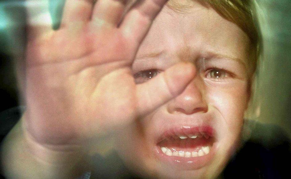 Mange børn græder, når de bliver afleveret i vuggestuen, og mor eller far går. Skribenterne ønsker et samfund, hvor adskillelsen ikke er nødvendig, før den er ønsket af forældre og børn. – Foto: Nils Meilvang/Ritzau Scanpix.
