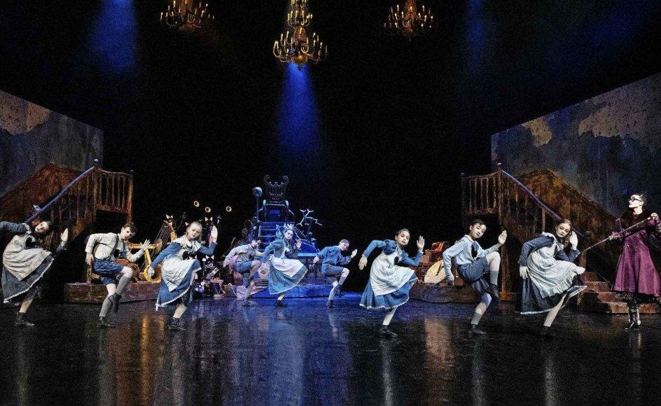"""Kim Fupz Aakeson og Gregory Deans """"De glemte børn"""" foregår på en balletskole, og det er børnene fra det Det Kongelige Teaters Balletskole, der har indtaget scenen. – Foto: Henrik Stenberg."""