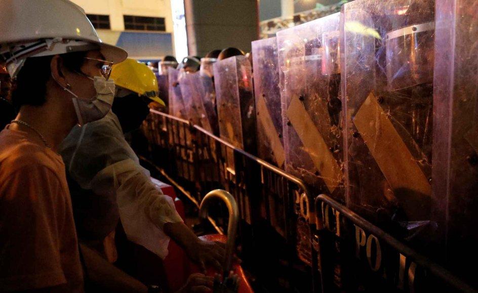 Iført både hjelme og mundbind fortsætter titusinder onsdag aften demonstrationerne i Thailands hovedstad, Bangkok, med krav om øget demokrati og regeringens afgang.