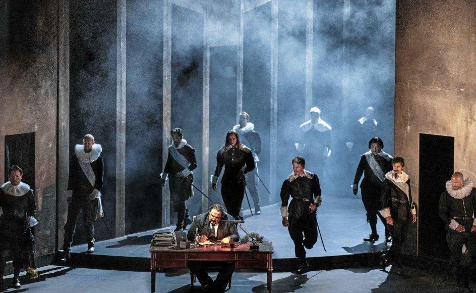 """Handlingen i """"Simon Boccanegra"""" udspiller sig i Genova, og vi er i midten af 1300-tallet. Her ses Simon Boccanegra bag skrivebordet i skikkelse af den 44-årige bulgarske baryton Kiril Manolov. – Foto: Camilla Winther/Det Kongelige Teater."""