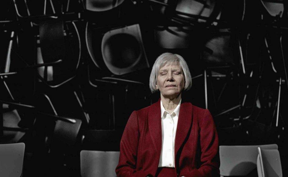 Kirsten Olesen spiller hovedrollen fængslende og med alle de subtile nuancer, karakteren kræver. – Foto: Camilla Winther/Det Kongelige Teater.