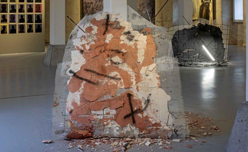 Jóhan Martin Christansens (født 1987) skulpturer ligner ved første øjekast noget byggeaffald fra havnen, lavet på stedet som de er af gips, sort og rosa pigment, ståldragere, plasticstrips og lysstofrør, men ved nærmere betragtning vokser de med deres på en gang sarte, rå og sensuelle fremtræden. – Foto: Torben Eskerod/Nordatlantens Brygge.