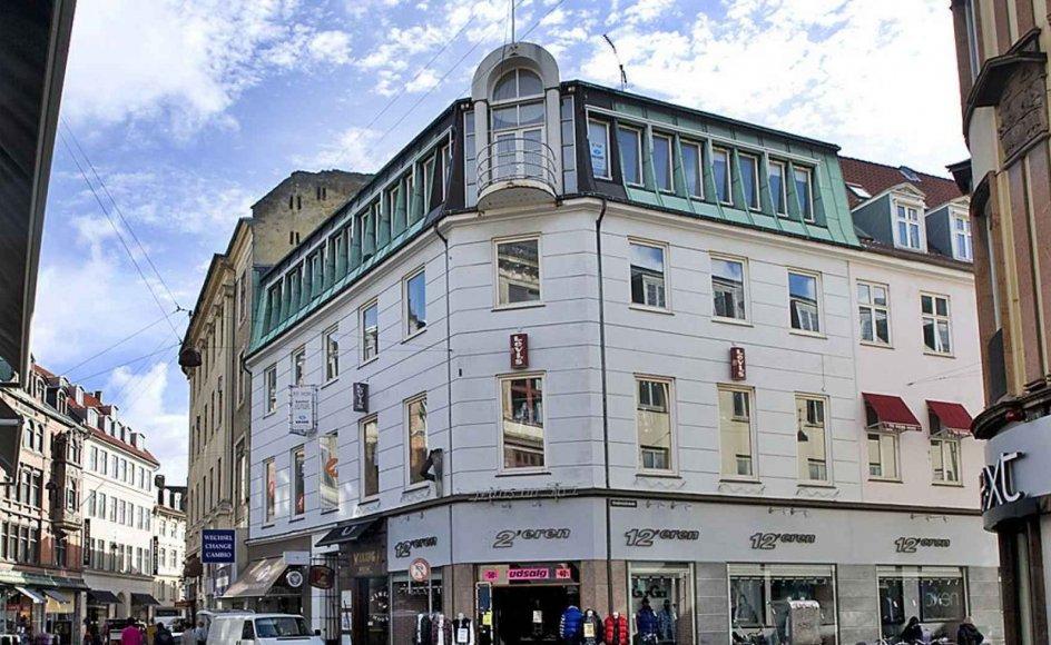 Den øverste etage i denne hjørneejendom på Vimmelskaftet i det centrale København bliver fremover en del af Kristeligt Dagblads nye lokaler. --
