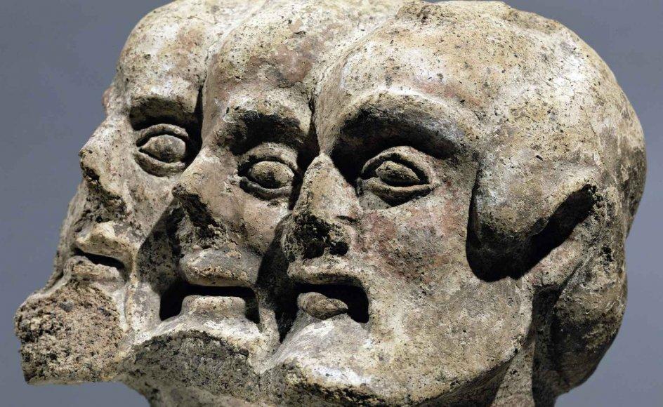 Etruskerne dyrkede en kompleks form for polyteistisk religion. Herfra stammer denne dæmon med tre hoveder, som er fundet i Orvieto.
