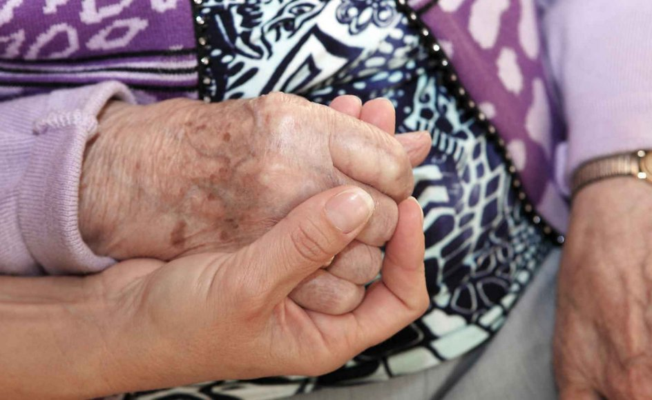 Ældrepleje i Danmark. Omsorg for de ældre. Plejehjem i Danmark. Hænder der viser omsorg.