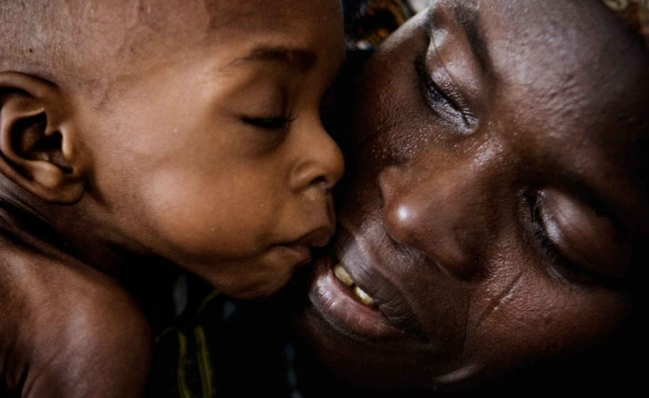 45 procent af Nigers befolkning på næsten 20 millioner lever under den internationale fattigdomsgrænse på 10 kroner om dagen. På billedet ses en mor med sit barn.