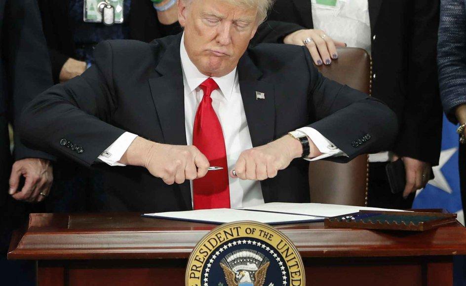 Blandt de 12 dekreter, som Trump foreløbig har udstedt, er en ordre om at ophæve sundhedsreformen Obamacare, indføre ansættelsesstop i den føderale administration, bygge en mur på grænsen til Mexico og trække USA ud af frihandelsaftalen TPP.