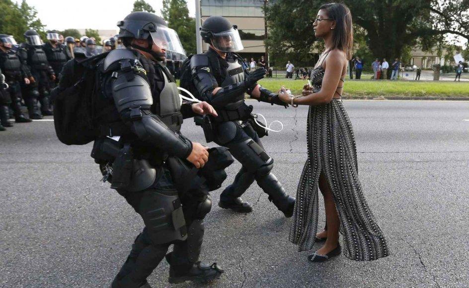 """Førstepladsen i kategorien """"Contemporary Issues"""" gik til Jonathan Bachman med dette billede, der blev taget i Louisiana under en protestmarch mod politivold. Aktivisten Leshia Evans nægter at trække sig, men rækker i stedet armene ud for at blive arresteret."""