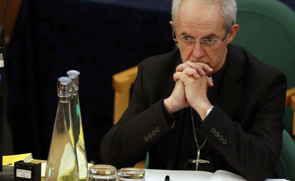 Ærkebiskoppen af Canterbury har advaret om, at Church of England står over for en smertefuld debat om kirkens holdning til homoseksuelle.