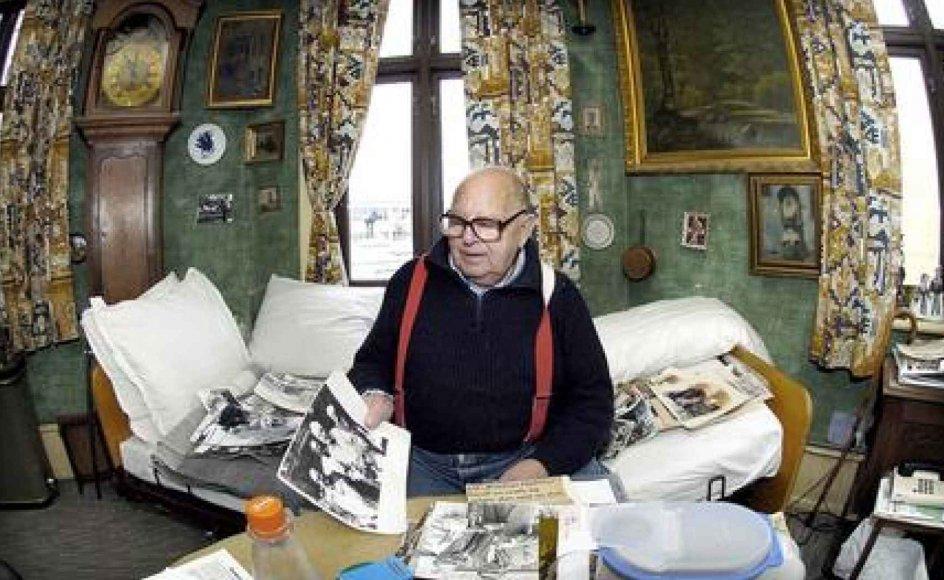 Fortiden bliver nærværende, når Alvi Alfort bladrer gennem de mange billeder. -- Foto: Leif Tuxen.