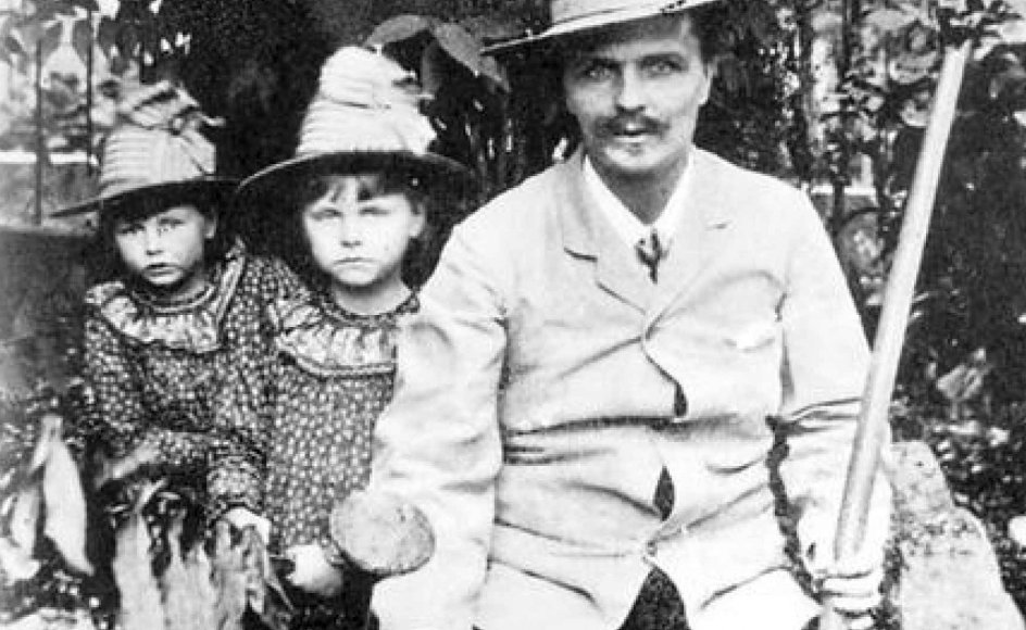 August Strindberg med døtrene Karin og Greta, fotograferet året før han og familien flyttede til Danmark. (Arkivfoto)