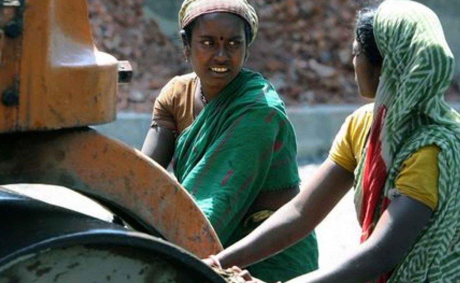 I dag kommer stadig flere indiske kvinder på arbejdsmarkedet, som her ved et vejarbejde nær Kolkata (Calcutta). På trods af det, og at mange af de mest fremtrædende skikkelser i indisk politik har været kvinder, er Indien stadig et udpræget patriarkalsk land. -- Foto: Scanpix.