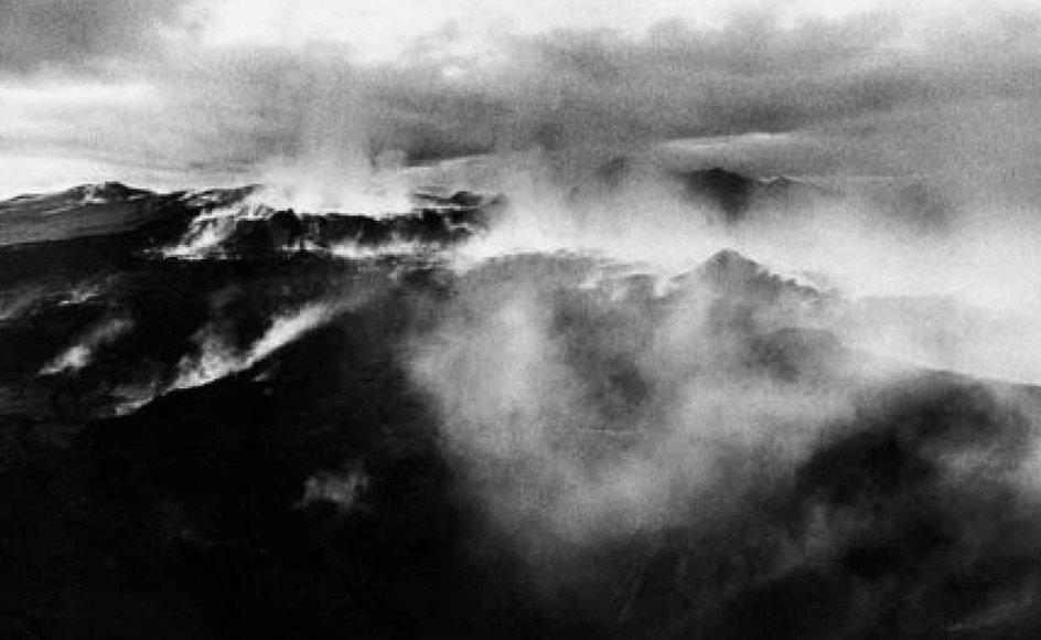 """Kirstens Kleins fotografier  -- som her i """"Vølvens Stemme"""" -- rammer ned i en fornemmelse af evighed og urtid, og at også naturen har sjæl.  -- Foto fra bogen."""