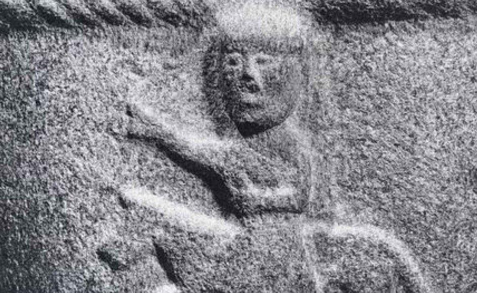 Et eksempel på fornem romansk stenkunst: Døbefonten fra Lille Lyngby Kirke ved Frederiksværk, prydet med Samson og løven samt Kong David. -- Foto: Nationalmuseet/databasen Romansk Stenkunst.