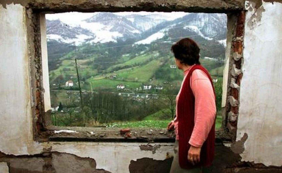 Kvinder, som i eget hjem er blevet voldtaget af fjenden, har aldrig lyst til at vende tilbage til gerningsstedet, og på den måde ender man med at ødelægge et helt folk. Billedet her er fra Srebrenica i Bosnien, hvor en bosnisk-muslimsk kvinde -- lang tid efter massakren på mændene og voldtægten af kvinderne i 1995 -- genser sit hus for første gang. -- Foto: Scanpix.