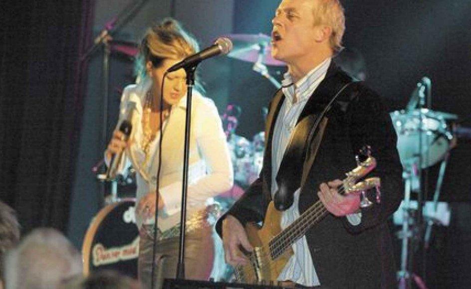"""Rie Rasmussen og Klaus Kjellerup under koncerten på """"Kulturellen"""" i Herning. Rie har været fast sangerinde i gruppen siden efteråret 1994. Hun blev valgt efter en række auditions, hvor ikke færre end 30 sangerinder blev testet. -- Foto: Palle Hedemann/Scanpix."""