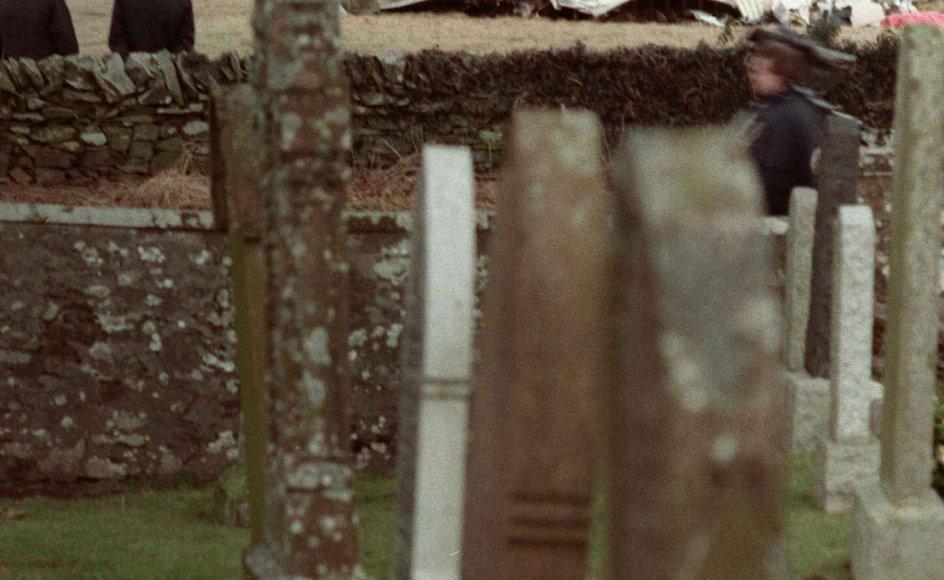 Den 21. december 1988 styrtede et Pan-Am-fly ned i den skotske by Lockerbie efter et bombeattentat. 270 mennesker blev dræbt, heraf 11 lokale beboere. Her ses dele af vraget, som faldt ganske tæt ved en lokal kirkegård.
