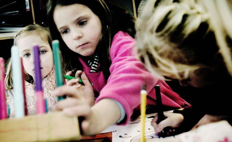 Der er stor forskel på religions- og kristendomundervisningen i de nordiske lande. Her er det skolebørn i Roskilde, der tegner, mens de lytter til skabelsesberetningen. –