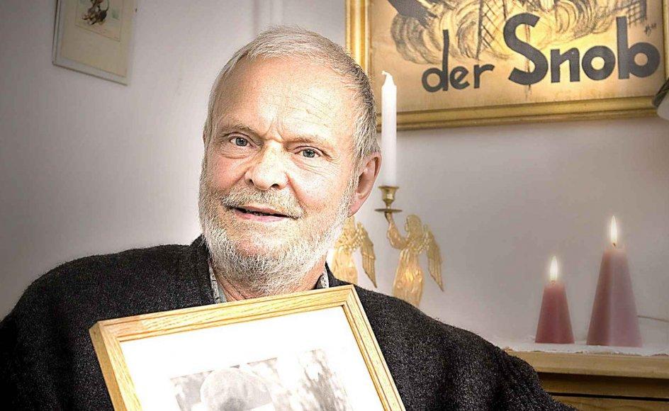 """Hellmut Seifert Toftdahl, der med sin kronik """"Min allestedsnærværende far"""" har vundet Kristeligt Dagblads kronikkonkurrence, har aldrig mødt sin far, Hellmut Seifert. Her sidder han med et fotografi af faderen.  –"""