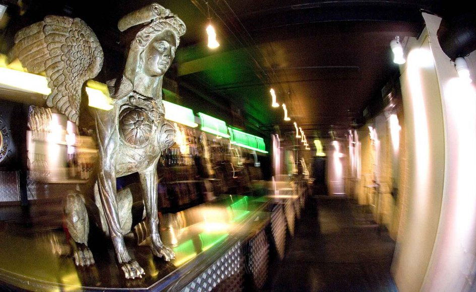 På Club Absalon på Strøget i København strømmer spøgerierne angiveligt fra to succubusser af støbejern: sagnfigurer, der lever af menneskeligt begær. -- Foto: Leif Tuxen.