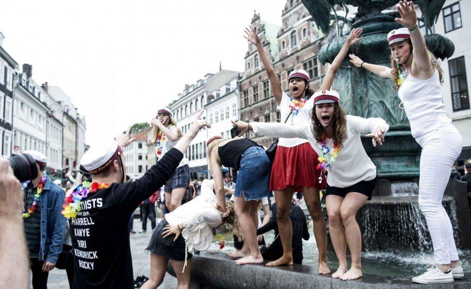 Nyslåede studenter samles traditionen tro og fester ved Storkespringvandet på Amagertorv i København.