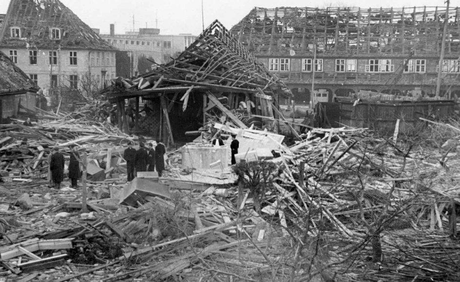 Den 23. november 1951 udbrød der brand i et armeringsværksted på Holmen. Brandfolkene der ankom kort efter, var ikke klar over at værkstedet var en højeksplosiv brandfælde fyldt med miner, og den efterfølgende eksplosion kostede 16 menneskeliv. –