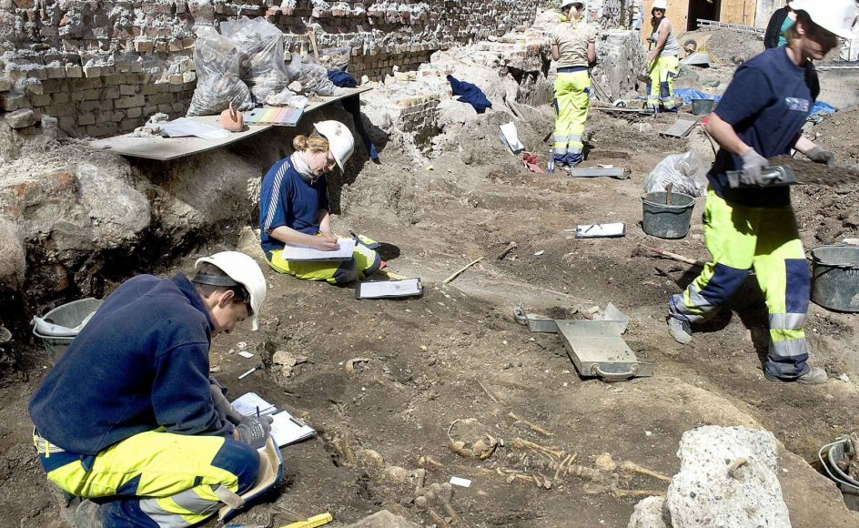 Arkæologer fra Danmark, Sverige, Norge og England er i gang med at udgrave Skt. Clemens kirkegård fra 1100-tallet lige bag ved Strøget i København. Her ses en gravplads med et skelet fra et seks-tolv-årigt barn, som har ligget i en kiste, mens andre voksne er blevet genbegravet ved siden af. –