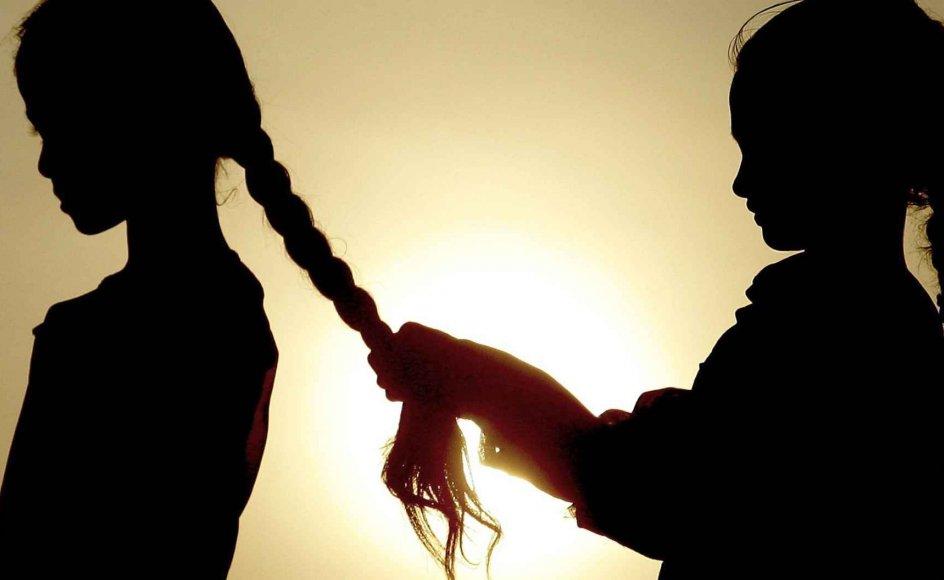 Selvom Indien har gjort mange fremskridt i de 60 år, der er gået, siden landets uafhængighed, er der et område, hvor det står uhjælpeligt i stampe: Den brutale måde, familierne favoriserer drengebørn frem for pigebørn. Pigefostre aborteres, og nyfødte piger slås ihjel i et skræmmede omfang. –