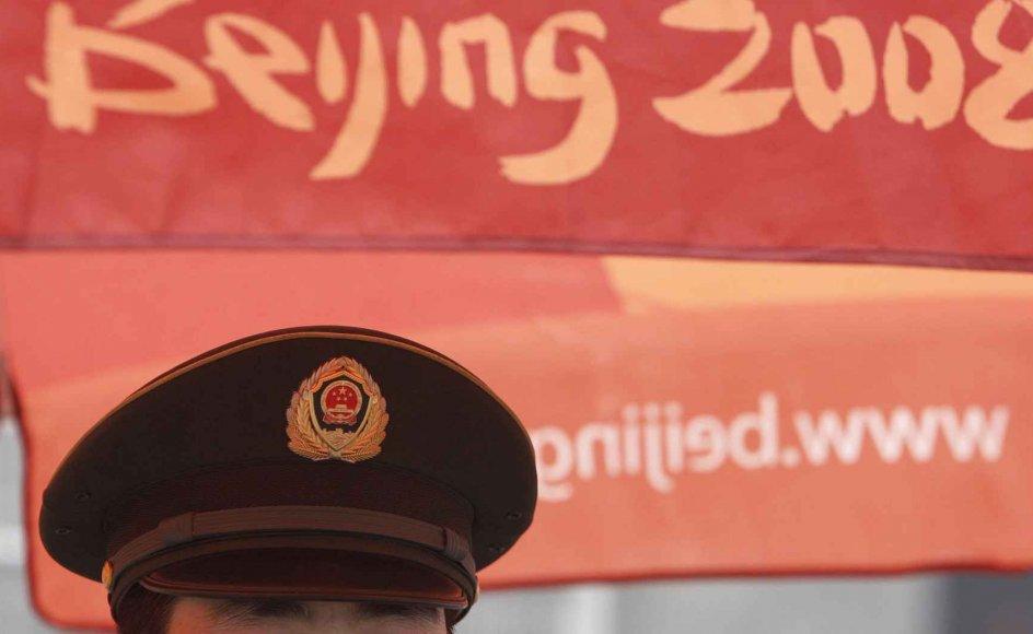 En politibetjent holder øje med dele af det olympiske område i Beijing. –