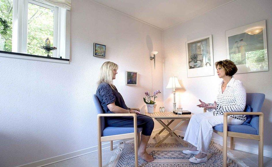 Maya Fridan, til højre, har medfødte clairvoyantiske evner, og allerede som lille pige var hun i kontakt med afdøde menneskers sjæle. I dag har hun en meget eftertragtet clairvoyantskole i huset i Hellerup, hvor hun bor med sin mand. Her i kælderen giver hun også healing og clairvoyantiske råd, som på billedet, hvor Helle Lundgren er til rådgivning.