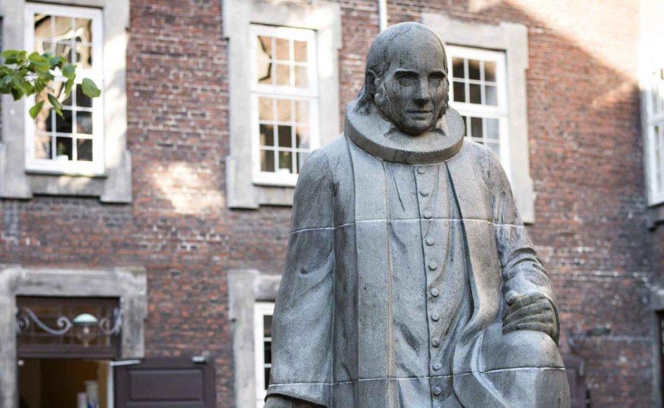 De to store danskere Kierkegaard og Grundtvig anses af mange for at have været fjender. Offentligt gav de da heller ikke hinanden meget efter, men selvom det ikke fremgik af datidens debat, så læste de hinandens skrifter og lod sig inspirere, viser ny forskning af ph.d-stipendiat og cand.theol. Anders Holm.